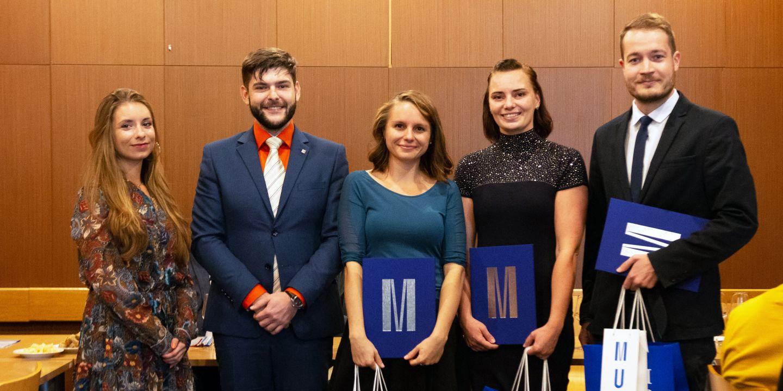(zleva) Studentští senátoři Natália Antalová a Tomáš Varga předali ceny Haně Vrtalové, Ivě Dřímalové a Martinu Jonášovi.
