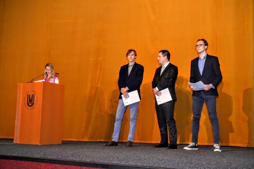 Trojice vyznamenaných studentů: (zleva) Hynek Cígler, Ondřej Hylse aValdemar Švábenský