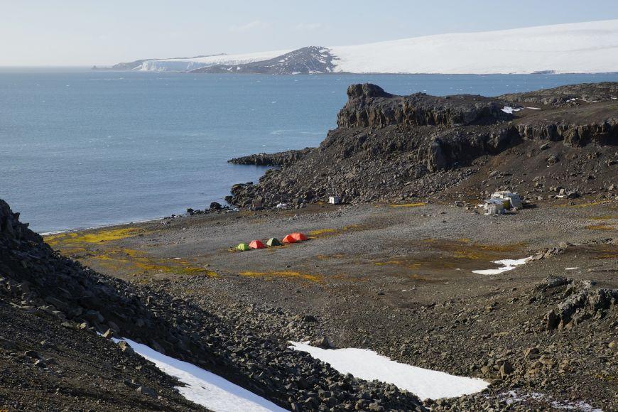 Stanový tábor na Nelsonově ostrově uzákladny nově nazvané CzECO Nelson.