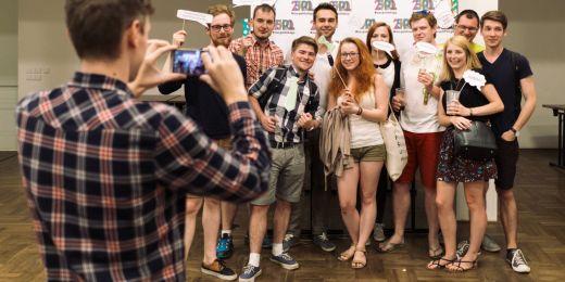 Studenti politologie před fotostěnou.