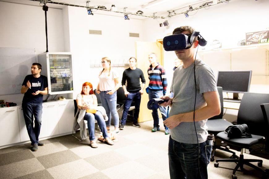 Ve virtuální realitě.