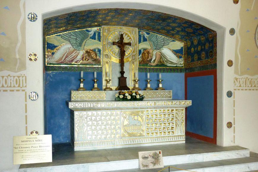 Součástí Mohyly míru je kaple smramorovým oltářem akostnice sostatky nalezenými vprostoru bývalého bojiště.