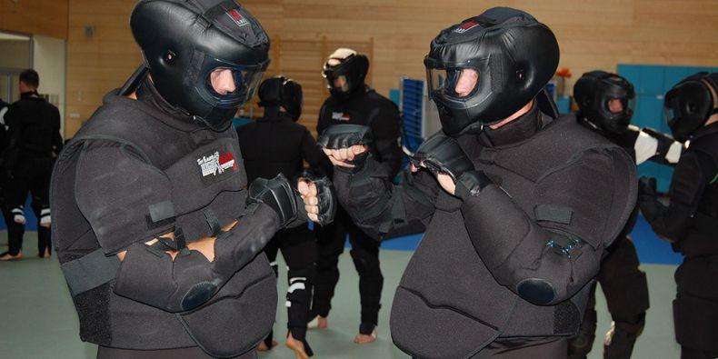 Při nácviku sebeobrany jsou z bezpečnostních důvodů cvičenci vybaveni speciálním ochranným oblekem.