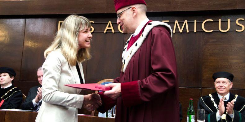 Vynikající studenty a disertační práce každý rok vyznamenává také rektor Masarykovy univerzity. Ocenění získávají i finanční odměnu.