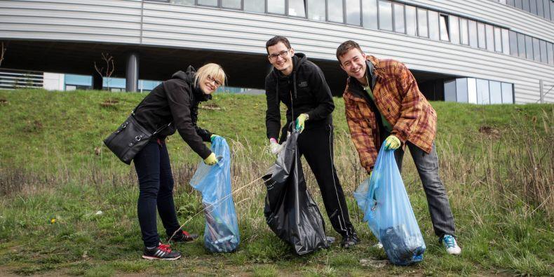 Studenti uklidili okolí kampusu.
