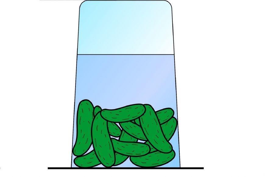 """Obrázek 2: Okurky ve sklenici obrácené dnem vzhůru """"zazátkované"""" čtvrtkou."""