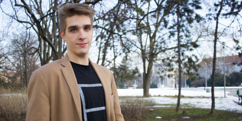 """""""Na fakultě se bavím spíš s outsidery. Jsou více tolerantní vůči tomu, že jsem něco jako performer,"""" směje se Oldřich Florian."""