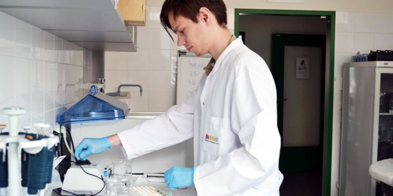 Ondrej Beláň, a brilliant young medical student, seeks to find the mechanisms that stand behind of the tumour cells ability to survive.