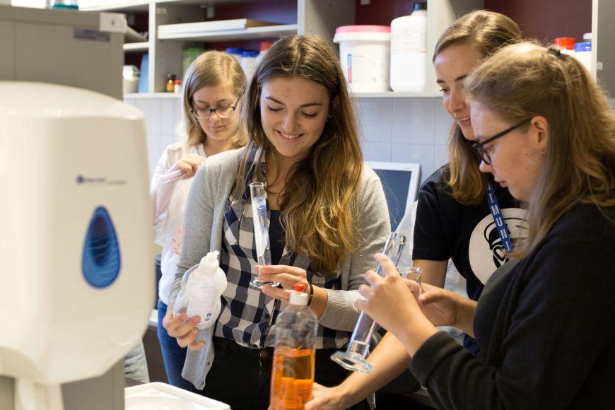 Na Přírodovědecké fakultě MU se podíváte do laboratoří.