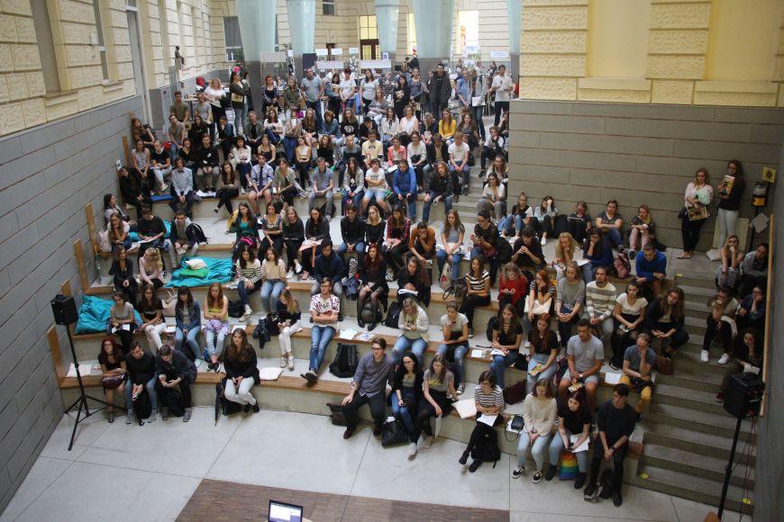 Shromáždění na Fakultě sociálních studií MU.