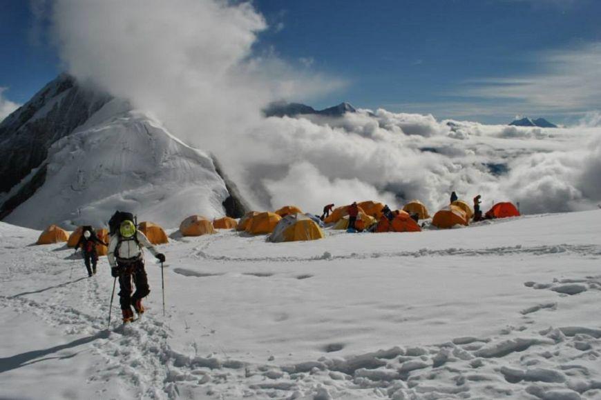 Dál nahoru se leze postupně, cestou přes čtyři výškové tábory, kde většina lidí vždycky pár dnů pobude.