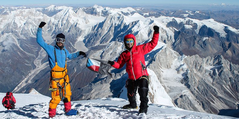 Honza Polášek (vpravo) na vrcholu Manáslu.