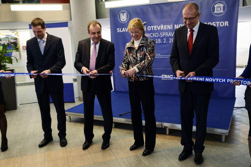 Slavnostního přestřižení pásky se 18.února zúčastnili zástupci dodavatele stavby, ministerstva školství avedení univerzity.