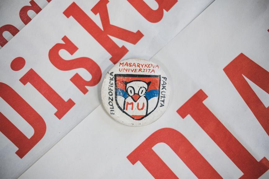Originální placka Iva Durce zrevolučního období. Při rozhovoru ji daroval univerzitnímu archivu.