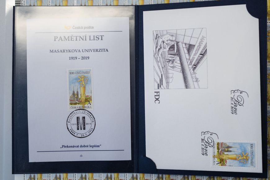 Obálka prvního dne vydání (vpravo) apamětní list srazítkem MUNI 100.