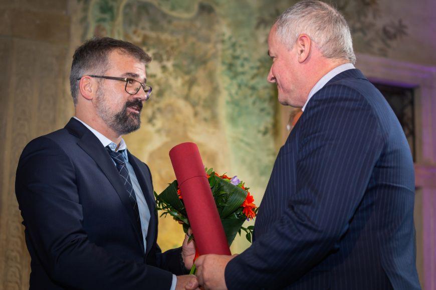 Pavel Krejčí přebírá cenu od náměstka ministra zdravotnictví Romana Prymuly.