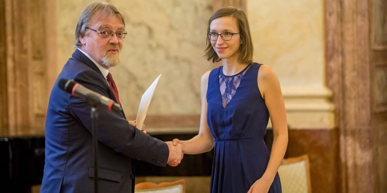 Pavlína Janovská převzala cenu pro vynikající studenty a absolventy v doktorském studijním programu.