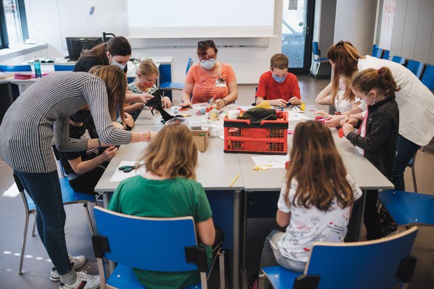 Studenti Pedagogické fakulty MU vdobě pandemie při hlídání dětí zaměstnanců Fakultní nemocnice Brno.