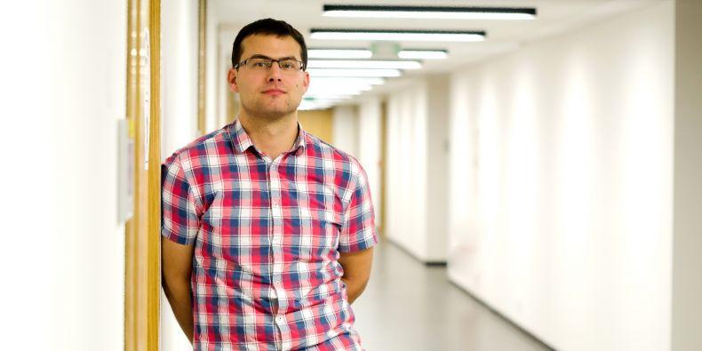 Experti z Fakulty informatiky MU v čele s Petrem Švendou přišli na chybu náhodou. Zkoumali totiž kryptografické klíče generované z velkého množství různých knihoven v čipech a sledovali, jaké mají vlastnosti.