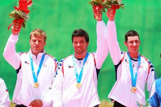 Úspěch na olympiádě vysokoškoláků je třeba oslavit, řeklo by se. Mladého střelce Petra Málka (uprostřed) doma ale čekalo něco úplně jiného než pochvaly. Foto: Archiv P. Málka.