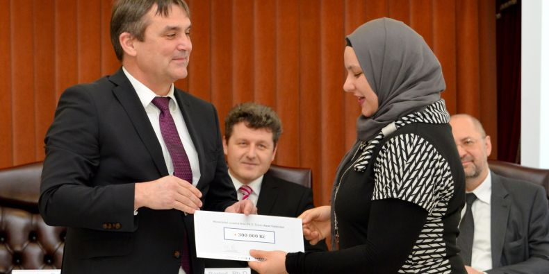 PhD student Amel Yamoune (on the right) who works at the Central European Institute of Technology MU gets the scholarship checque from the mayor of Brno Petr Vokřál.