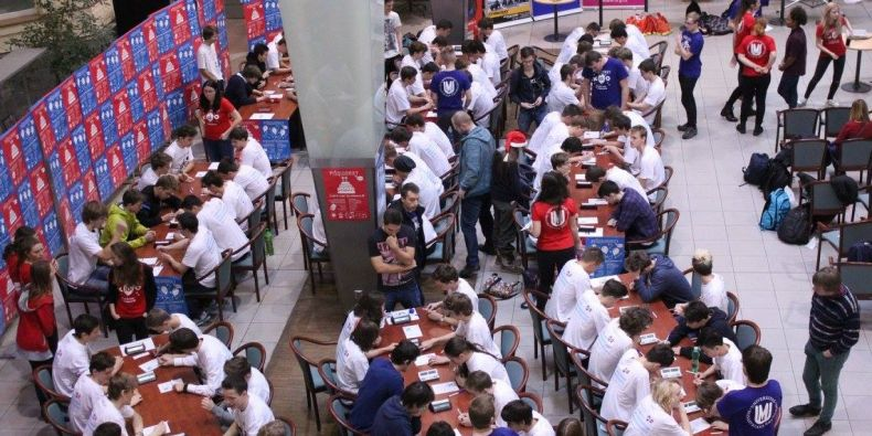 Grandfinále se tradičně koná v atriu Fakulty sociálních studií MU.