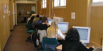 Studenti myšlenku propojení počítačových učeben MU vítají, zároveň by také ocenili i větší množství počítačů v učebnách.