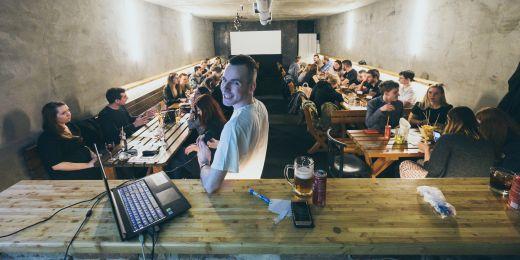 Milan Podmaník svou kampaň založil na neformálnosti a vtipu. Uspořádal třeba dva pub kvízy.