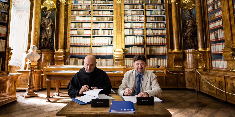 Vyšší představený opatství Juan Provecho a rektor MUNI Martin Bareš.