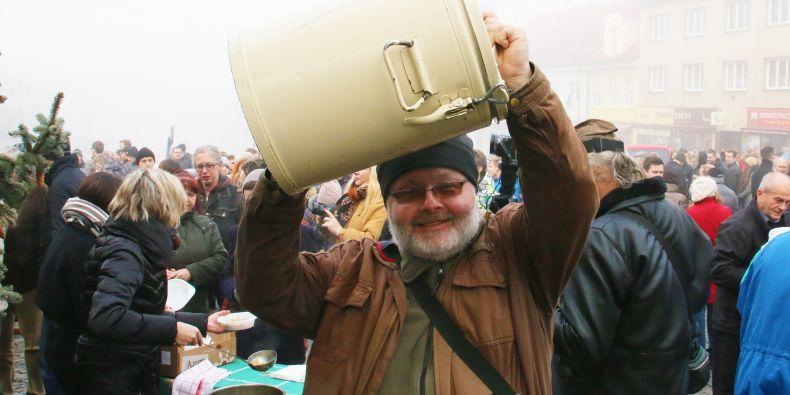 Štědrodenní akci Polévka pro chudé a bohaté pořádá učitel z fakulty sociálních studií se svým bratrem už od roku 1995.