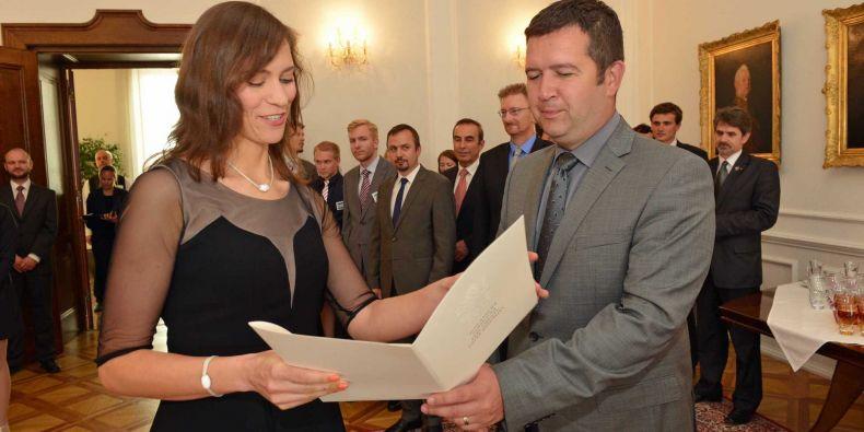Předseda Poslanecké sněmovny Jan Hamáček předává v rámci slavnostního ukončení Lence Doležalové osvědčení o absolvování stáže.