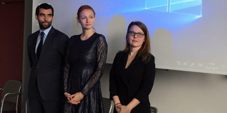 První tři obhajující studenti: Marek Hándl, Veronika Puchnerová a Eliška Boženková.