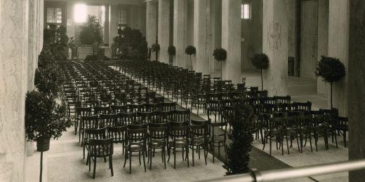 Podoba atria právnické fakulty v roce 1933. Zachycuje rozestavění židlí před inaugurací rektora Jana Zavřela.