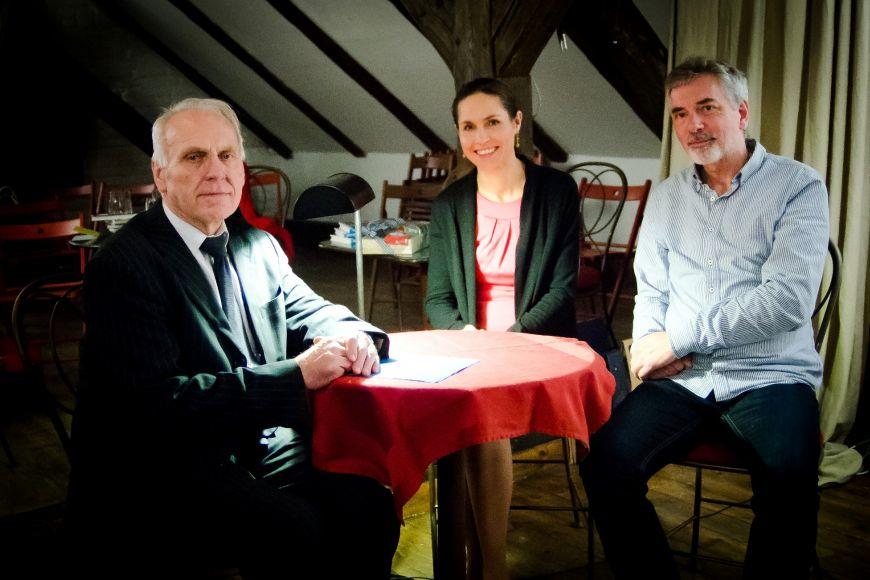 Porota soutěže: (zleva) profesor Miloš Večeřa, spisovatelka Blanka Čechová azpívající právník Ivo Jahelka.