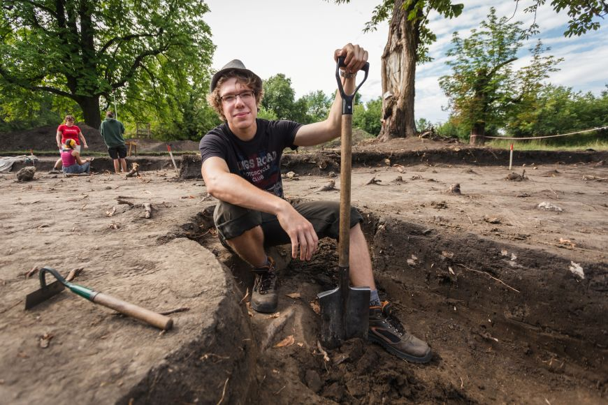 Rýč vruce nemusí nutně znamenat práci na stavbě. Můžete sním třeba odhalovat raně středověké památky na známém nalezišti na Pohansku uBřeclavi.
