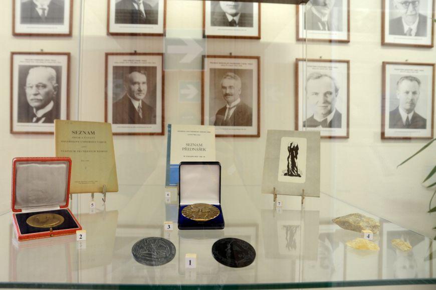 Předměty uložené do schránky byly krátce vystavené na chodbě děkanátu. Je mezi nimi například pamětní medaile kčestnému doktorátu Jana Masaryka zroku 1948 nebo kopie paleolitického úštěpu.