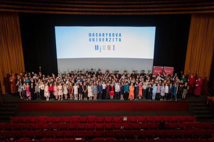 Letošní promoce MjUNI vUniverzitním kině Scala.