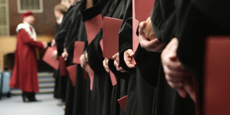 Úspěšné složení státní zkoušky a obhajoba diplomové práce končí promocí.