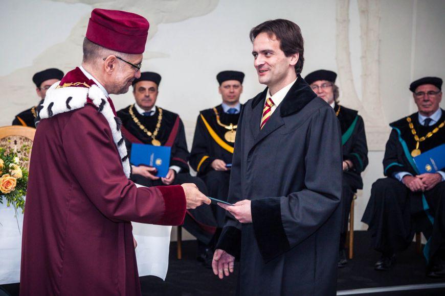 Jmenovací dekrety předal rektor Mikuláš Bek.