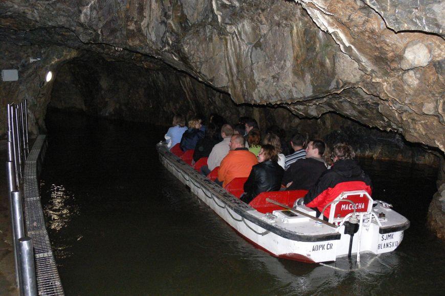 Vydejte se na unikátní plavbu po jeskynní říčce Punkva.