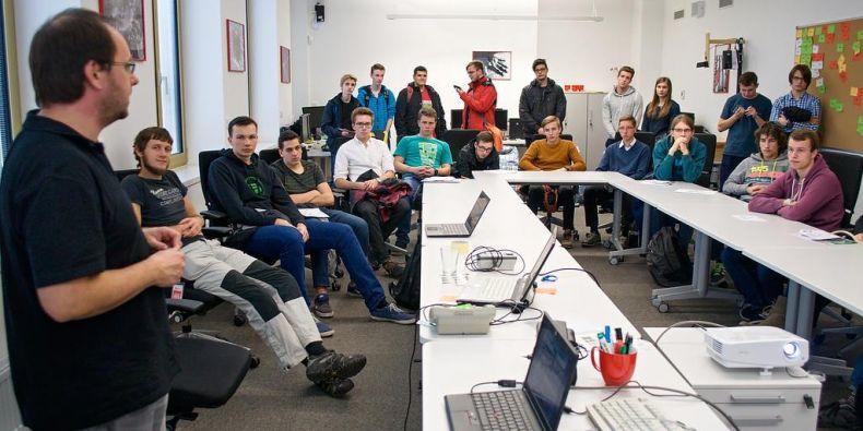 Red Hat má na Fakultě informatiky MU svou vlastní laboratoř, kde se její zaměstnanci setkávají se studenty.