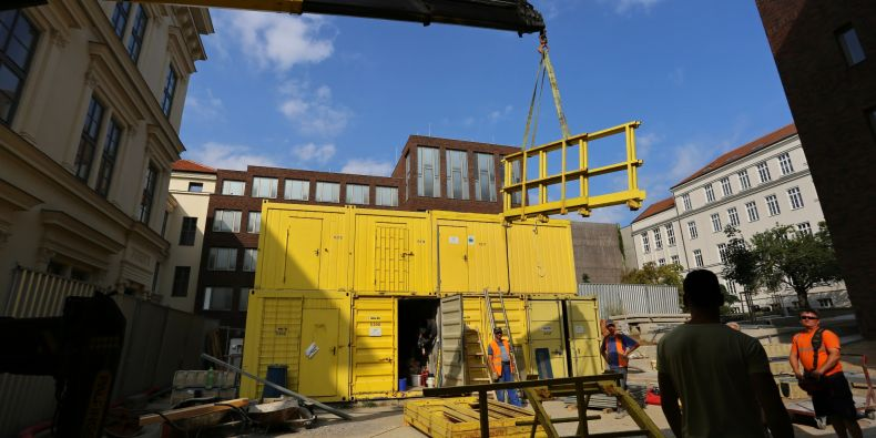 Na konci týdne už by na dvorku neměla zůstat ani jedna obytná buňky pro pracovníky stavby.