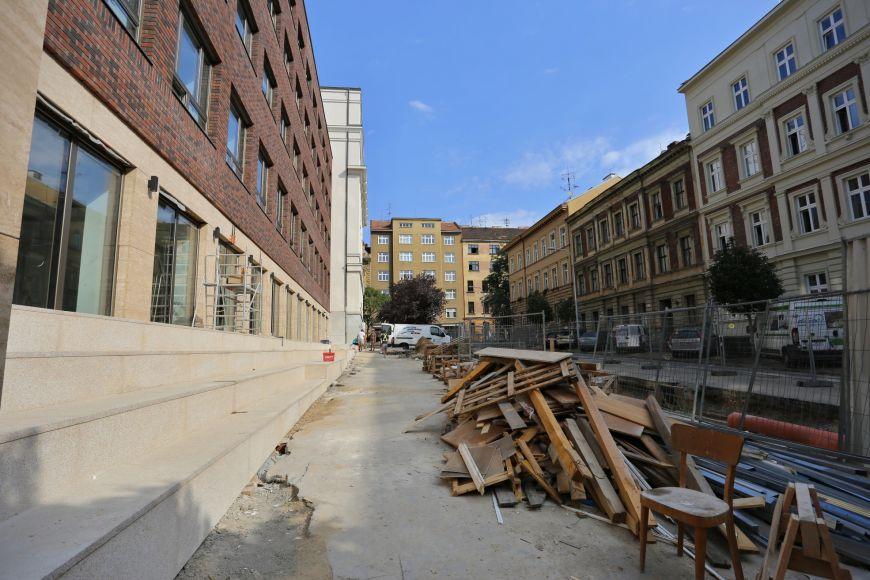 Poslední zbytky materiálu před fakultou na Arna Nováka.