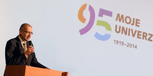 Rektor Mikuláš Bek při výročním projevu.