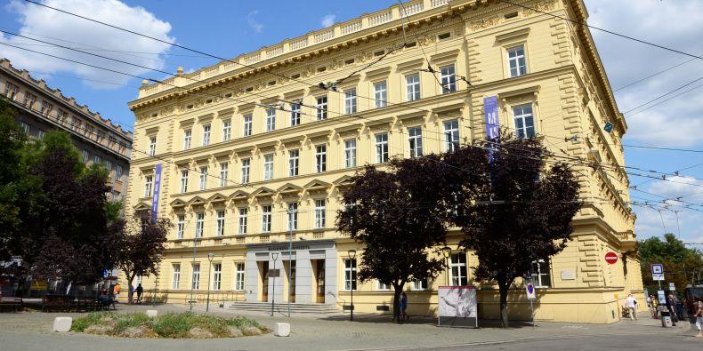 Socha nahradí nynější kruhový květinový záhon před rektorátem na Žerotínově náměstí.