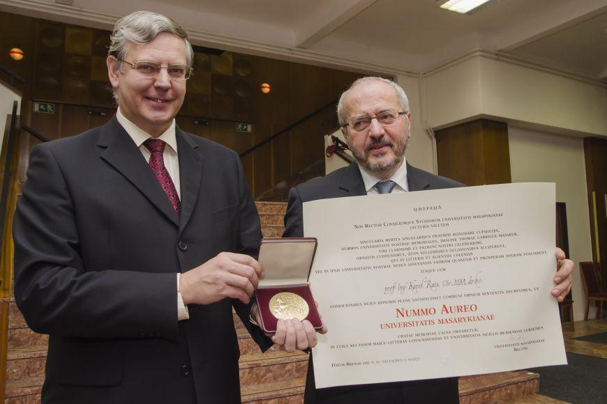 Zlatou medaili přišli osobně převzít rektoři Vladimír Večerek zVFU aKarel Rais zVUT.