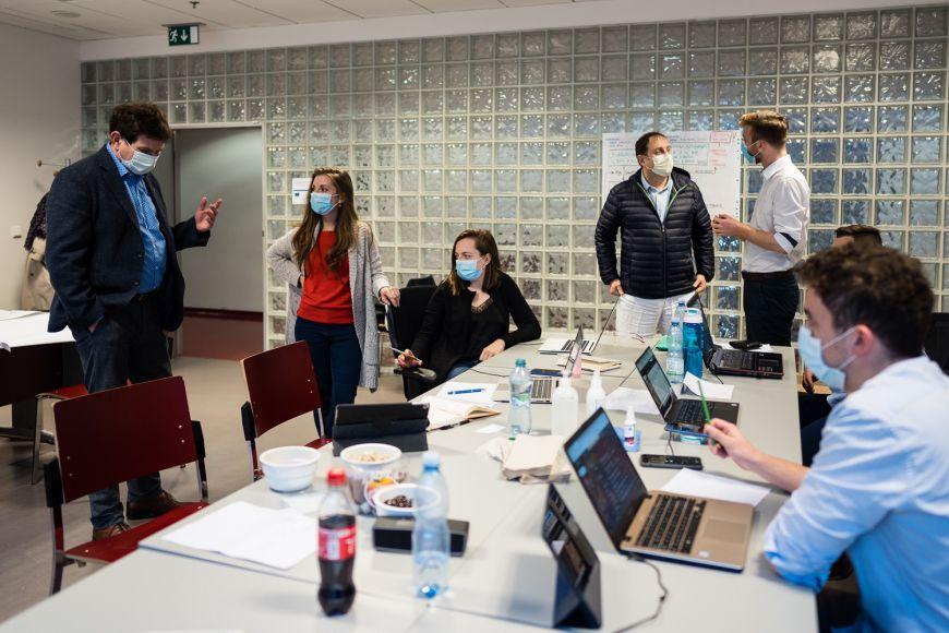 Děkan Repko (vpravo) arektor Martin Bareš (vlevo) na návštěvě koordinačního centra mediků-dobrovolníků na Lékařské fakultě MU.