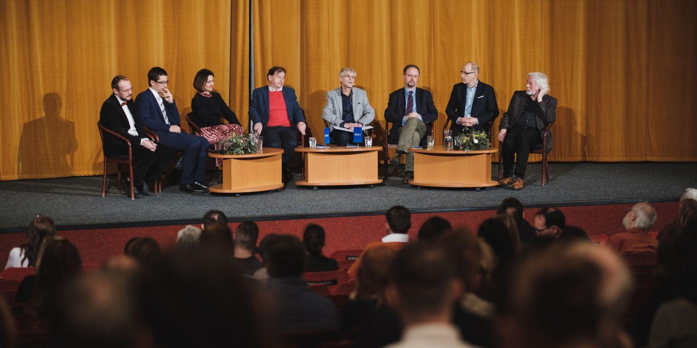 Debata na téma demokracie v Univerzitním kině Scala, zleva Pavel Hošek, Stanislav Balík, Kateřina Šimáčková, Michael Žantovský,Jiří Hanuš, Roman Joch, Ivan Šedivý a Petr Oslzlý.