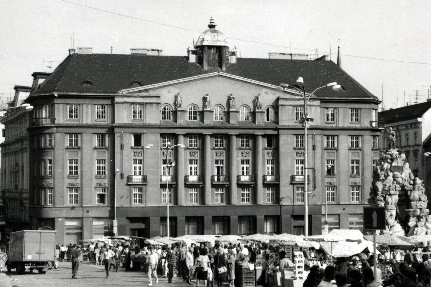 Fotografie ukazuje podobu Zelného trhu na začátku 90. let minulého století.