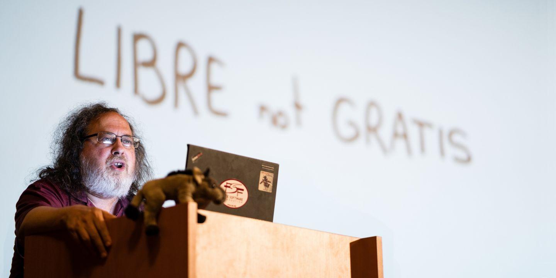Richard Stallman při přednášce v Univerzitní kině Scala na Masarykovy univerzitě..
